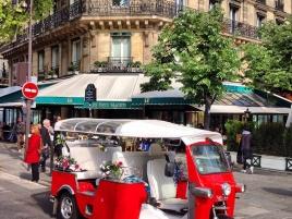 e-Tuk-Tuk devant les Deux Magots à Paris