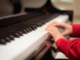 S'entraîner en anglais tout en apprenant à jouer au piano
