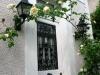 Entrée auréolée de roses blanches